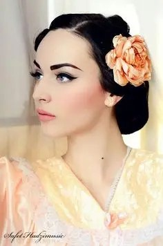 Prom Hair and Makeup Inspiration - Pretty vintage 1950s makeup from Rebecca Loves Weddings www.rebeccaanderton.co.uk