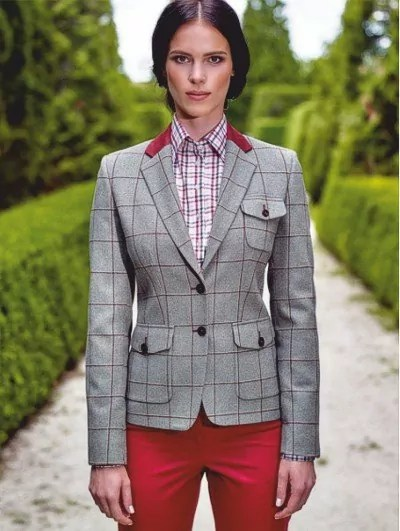 Damen Smart Casual Blazer mit Individualapplikationen über roter Hose Bernahrdt Fashion