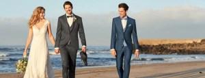 Hochzeit Anzug Kleid - Paar am Strand mit Trauzeugen