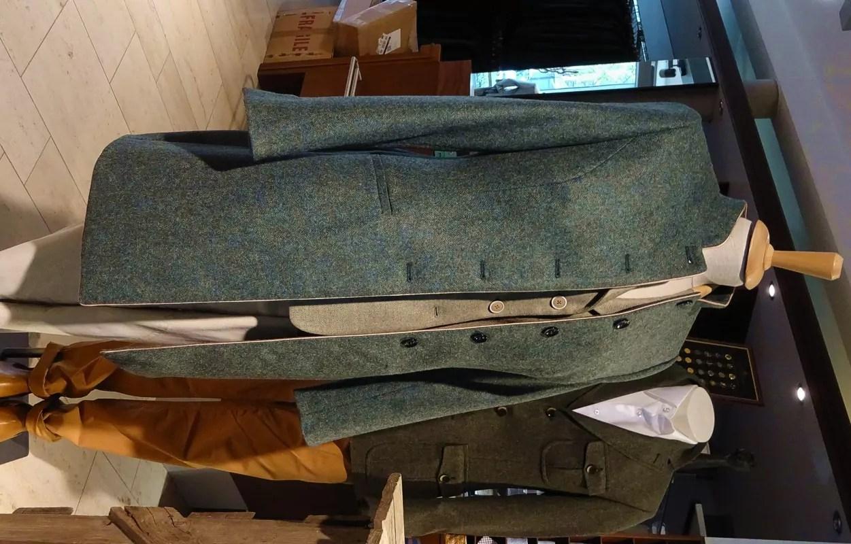 Stehkragenmantel für Damen aus leicht blaugrünlichem Fischgrat-Tweed