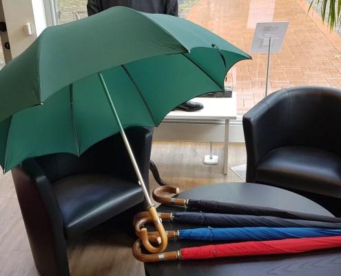 Brigg-Schirme in verschiedenen Farben