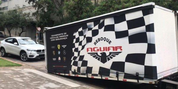 Caminhões cobertos para transporte seguro e discreto de veículos premium