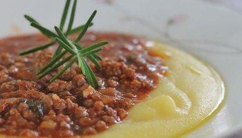 Receita de polenta com molho de carne moida