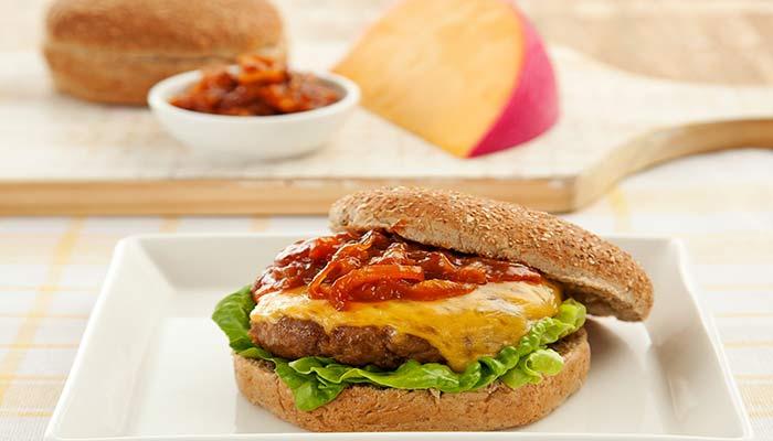 Hambúrguer com Queijo Reino e Molho de Cebolas Caramelizadas