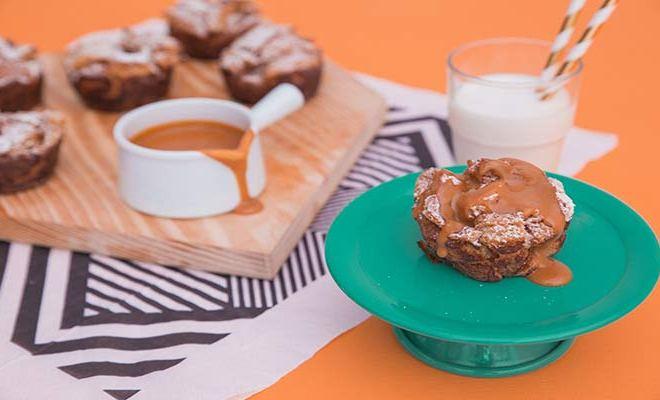 Muffin de Torrada com Calda de Doce de Leite