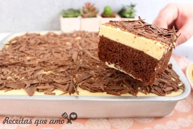 Bolo de chocolate com cobertura de maracujá
