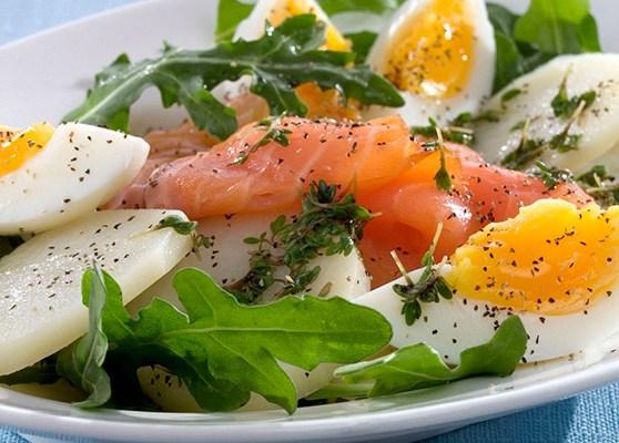 Laxsallad med ägg