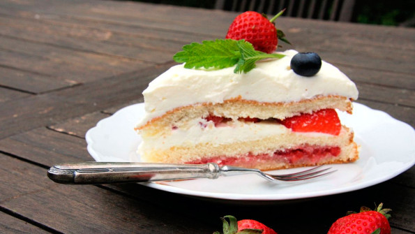 Торт с клубникой и глазурью из белого шоколада