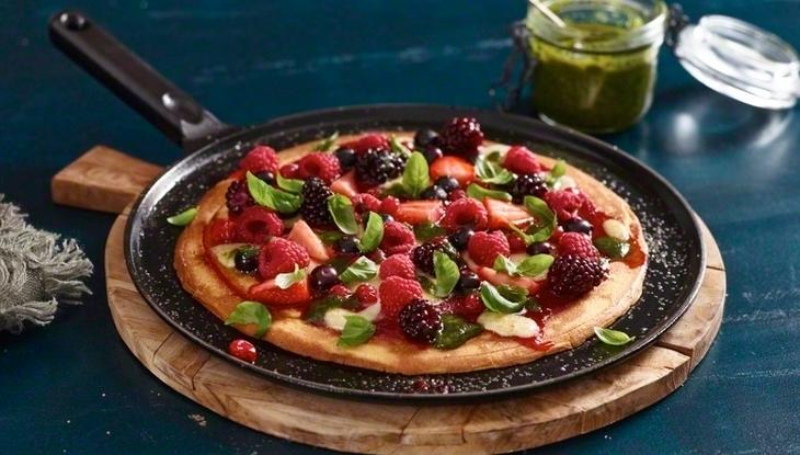 Пицца с ягодами со сладким соусом песто