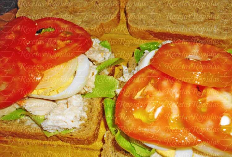 Cómo hacer sándwiches de pollo desmenuzado y huevo