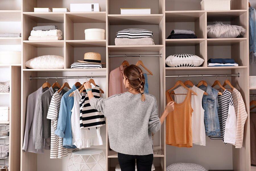 consejos-para-no-acumular-ropa-en-el-armario.jpg
