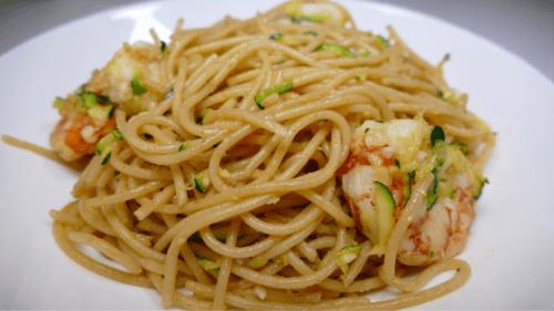 Plato de espaguetis con calabacines y langostinos