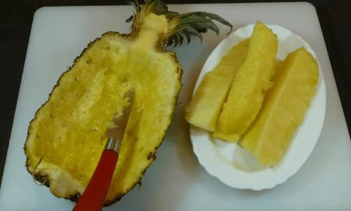 Preparación de la ensalada tropical
