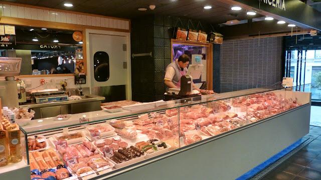 Puesto de carne en el mercado de San Antón de madrid