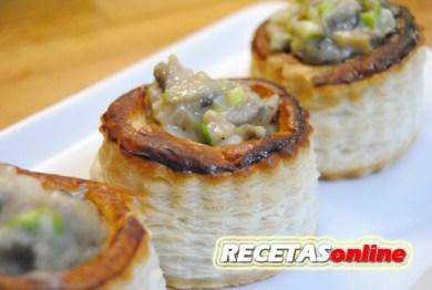Volovanes rellenos con hongos, ajos tiernos y gambas - Recetas de cocina RECETASonline