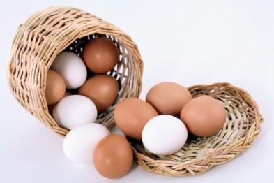 huevos blancos y huevos morenos