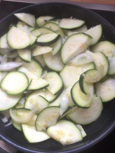 Preparación la cebolla y el calabacín empezando a rehogar