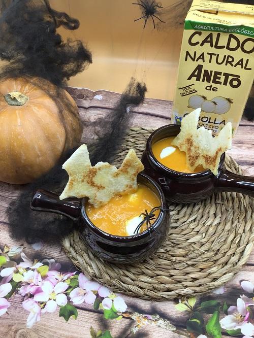 La receta de crema de calabaza de Halloween terminada.