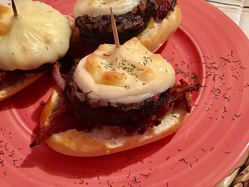 Plato listo con tres montaditos de morcilla de Burgos con queso y cebolla caramelizada
