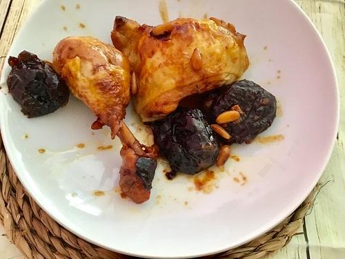 Receta de pollo rustido con ciruelas y piñones