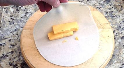 Dobla la plantilla para cubrir el queso