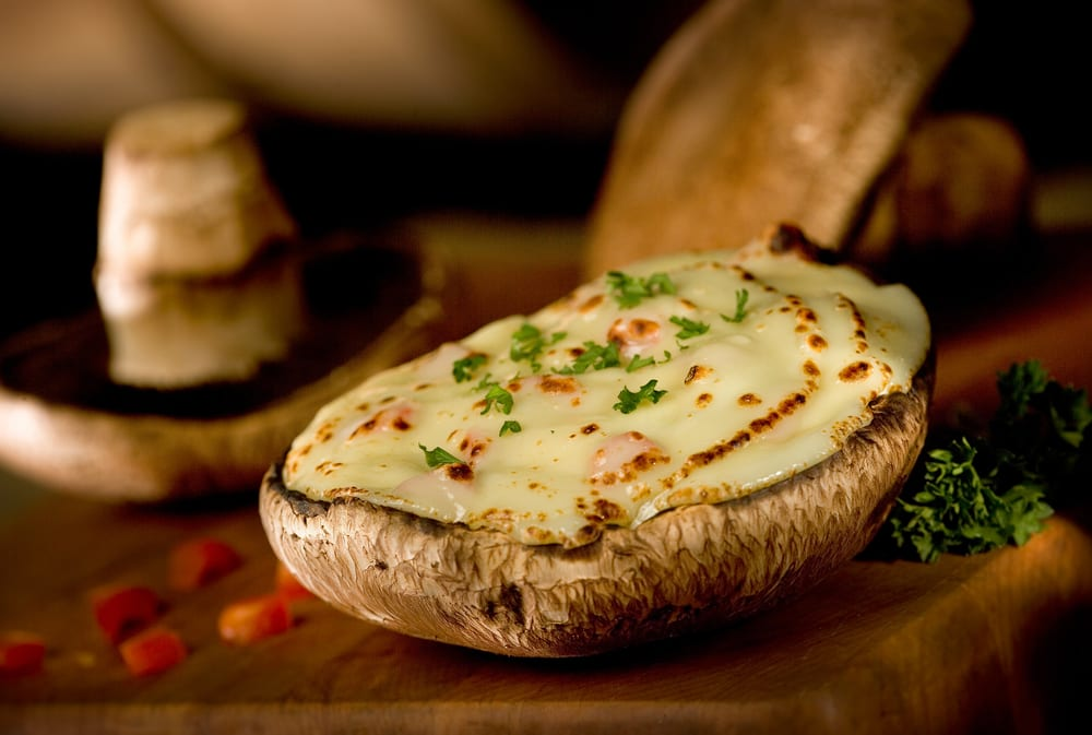 Champiñones portobello rellenos de queso y bacon
