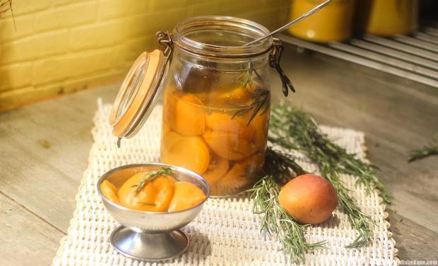 des bocaux d'abricots
