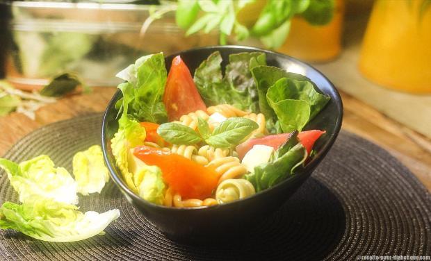 une salade de pâtes végétariennes