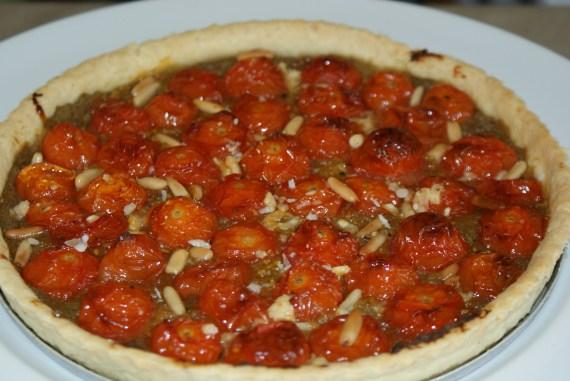 tartelette de tomates confites sur lit de caviar et pignon grillés
