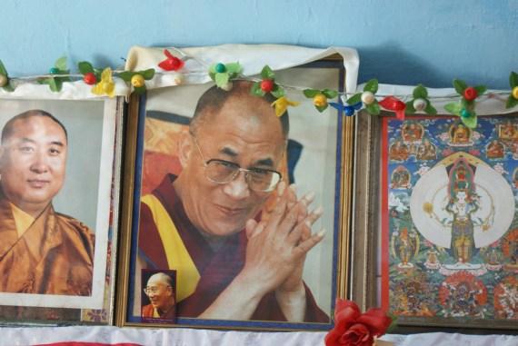 Portait du Dalaï Lama dans la cuisine de Lhamo