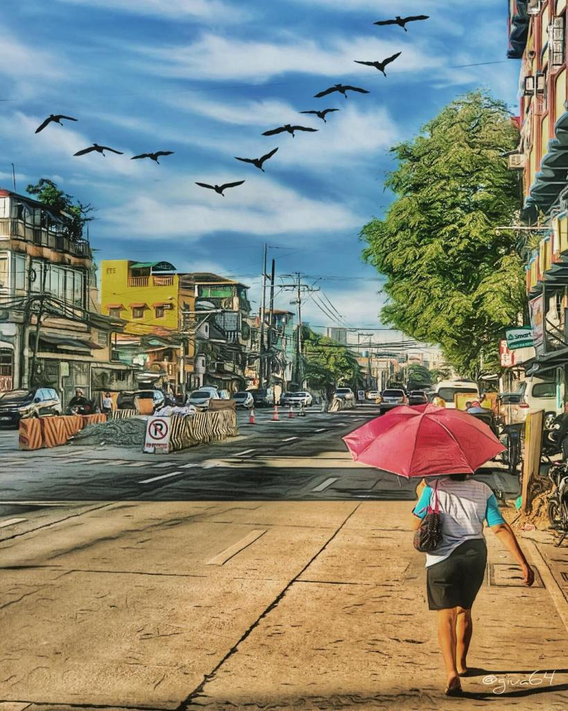 Una donna che cammina di schiena in una via di Mandaluyong soleggiata nella città di Metro Manila