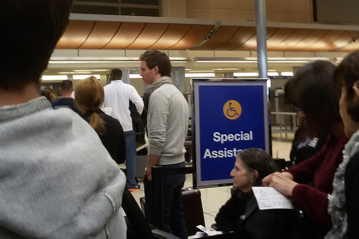 personas esperando tras un retraso de vuelo de ryanair. foto de reclamador.es