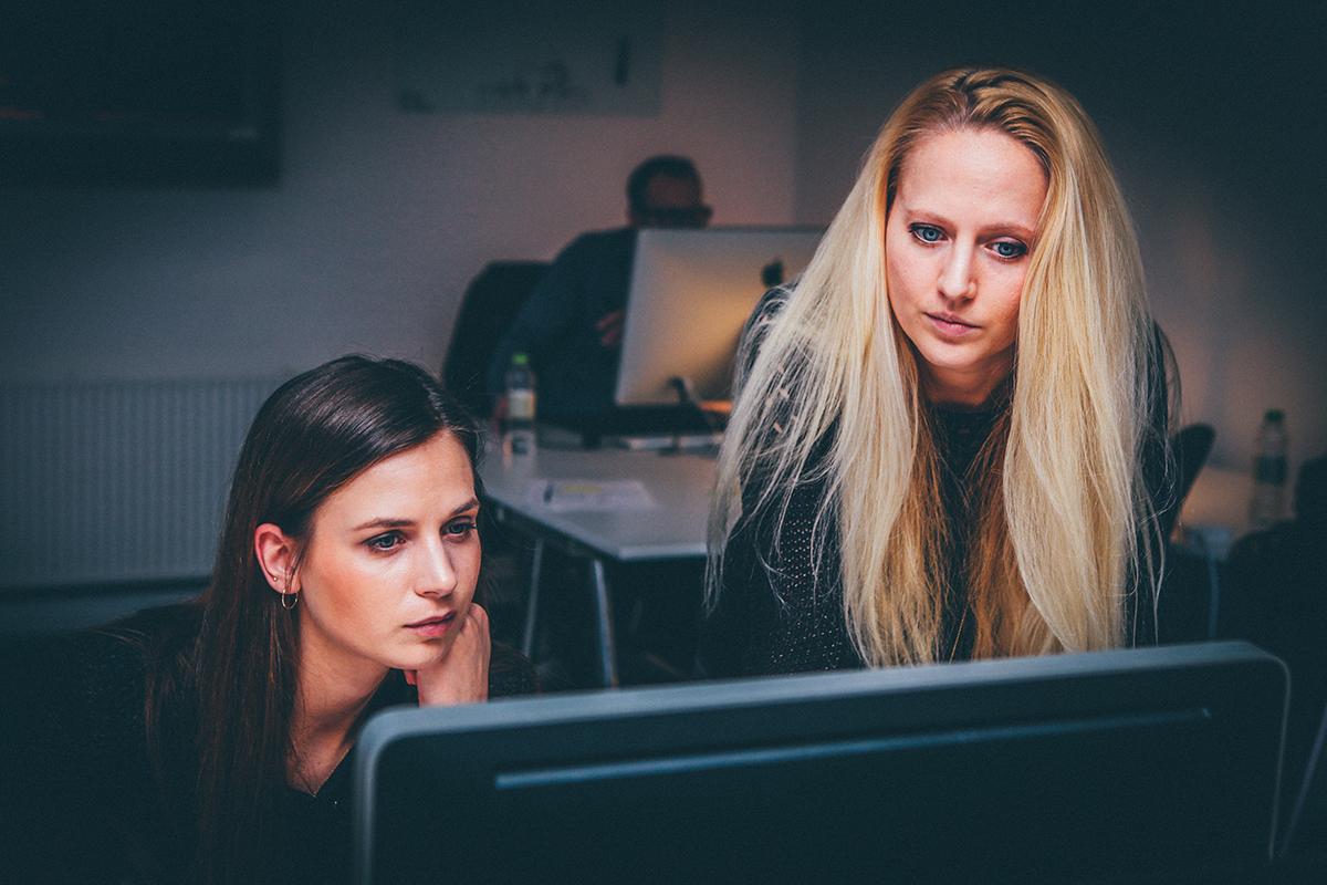 dos mujeres buscando información en internet sobre el fogasa. foto de reclamador.es
