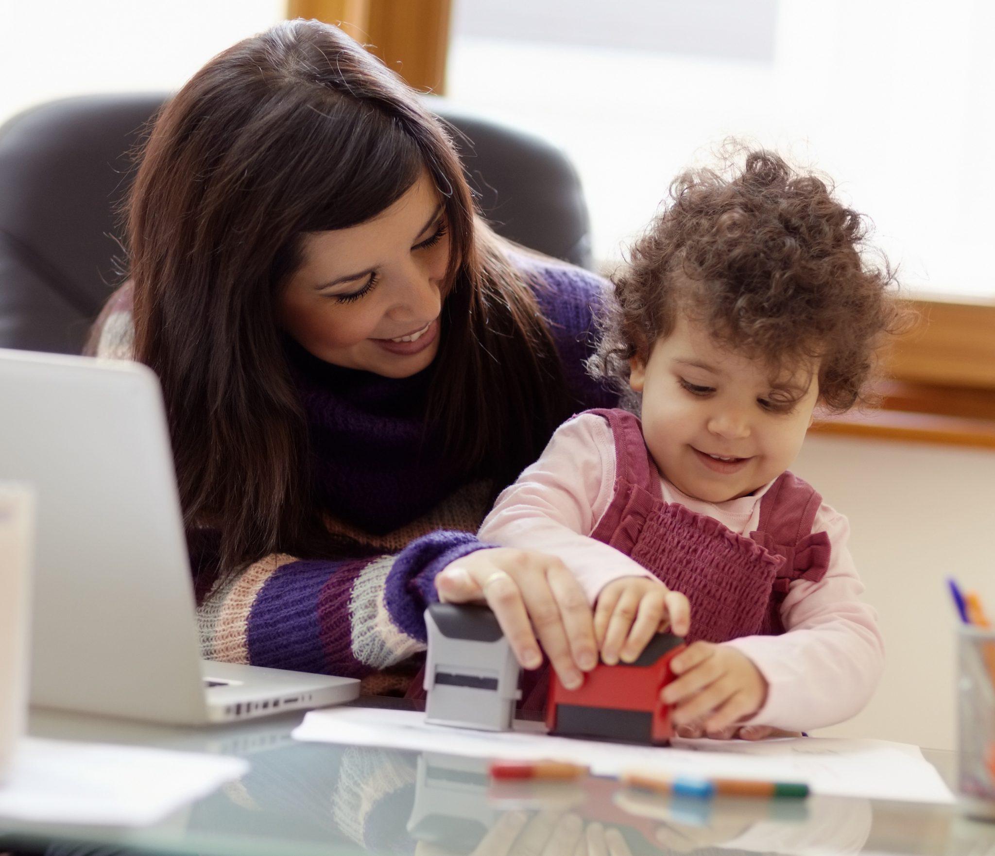 mujer con su hija piensa sobre su prestación por maternidad