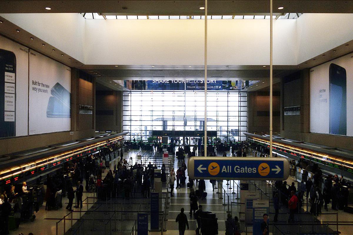 pasajeros ante el control de acceso en un aeropuerto con su maleta de mano. foto de reclamador.es