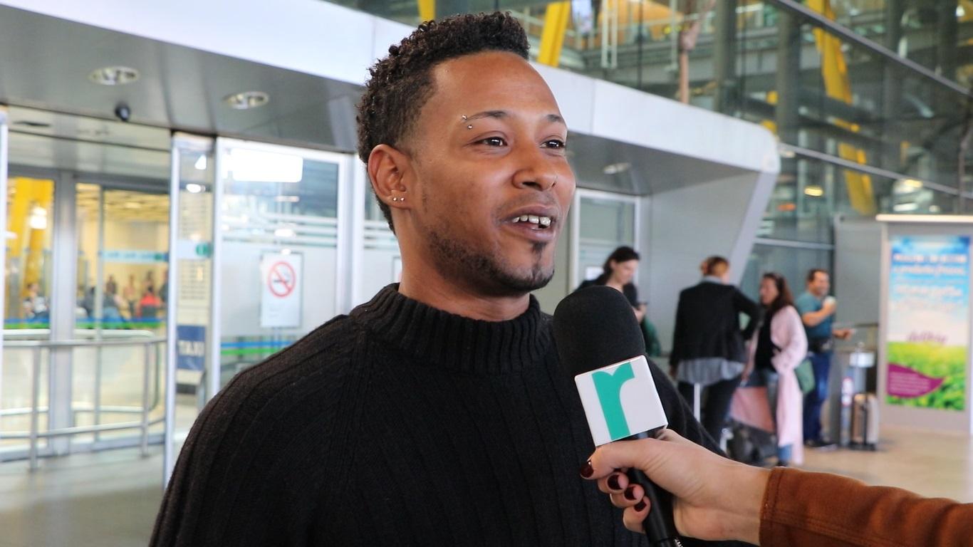 pasajero en aeropuerto de barajas habla sobre el retraso de su vuelo a reclamador tv. foto de reclamador.es