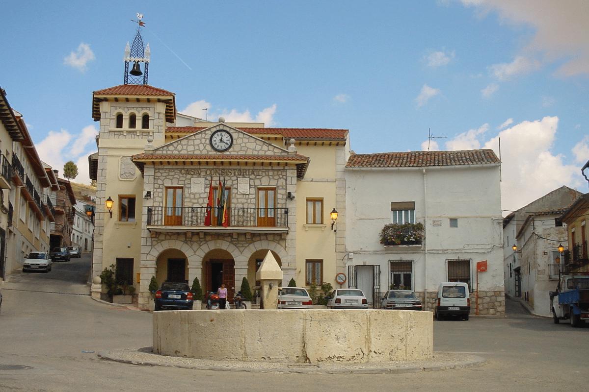 Plaza del pueblo con el ayuntamiento de Valdilecha. Foto tomada de la web del ayuntamiento para ilustrar post sobre plusvalía municipal.