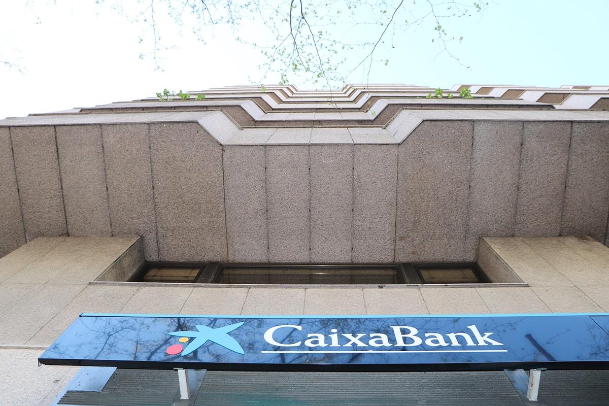 foto de una sucursal de caixabank, condenada a pagar 9000 euros por cláusula suelo a unos clientes. foto de reclamador.es, compañía online de reclamaciones