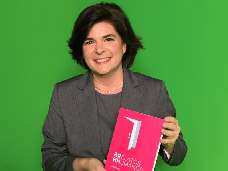 Rosa allegue posando con su nuevo libro para reclamador, que le ha gestionado una reclamación aérea
