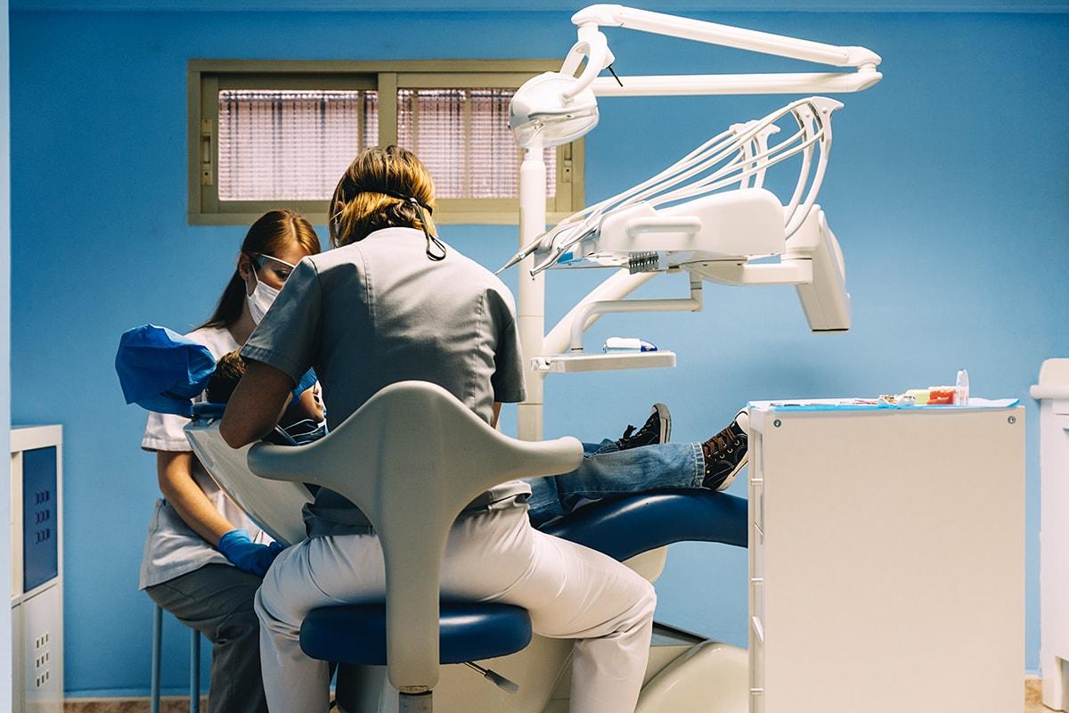 dentistas con paciente par ilustrar post de reclamar a dentix e identa.