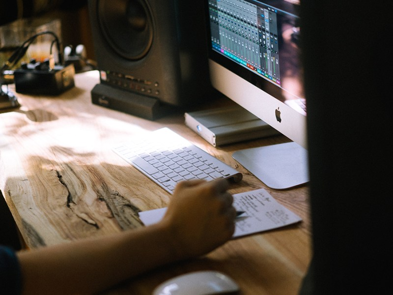 una persona emitiendo factura sin ser autónomo. foto de reclamador.es, compañía online de reclamaciones