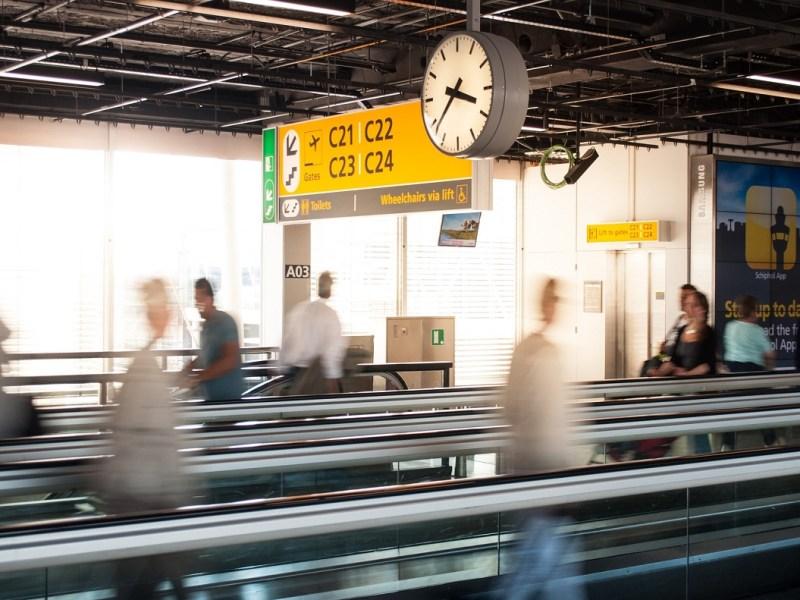 Vuelo adelantado por la aerolínea: ¿se puede reclamar?