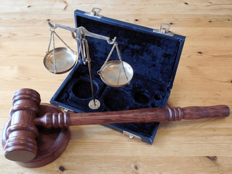 maza y balanza de la justicia para explicar qué es un procurador