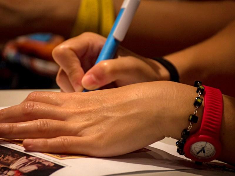 manos firmando un documento