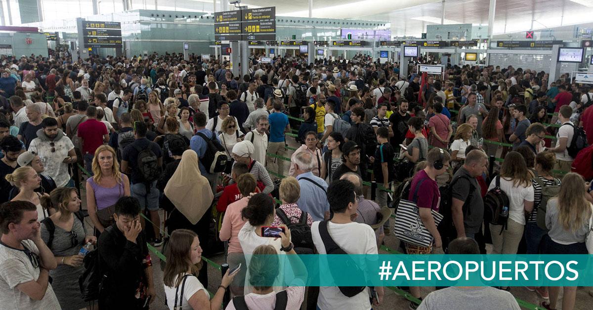 pasajeros haciendo cola en el control de seguridad del aeropuerto de El Prat