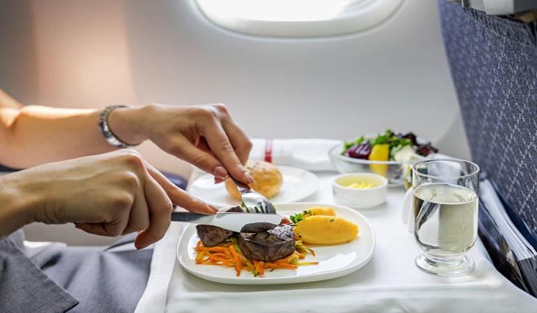 ¿Por qué sabe mal la comida de los aviones?