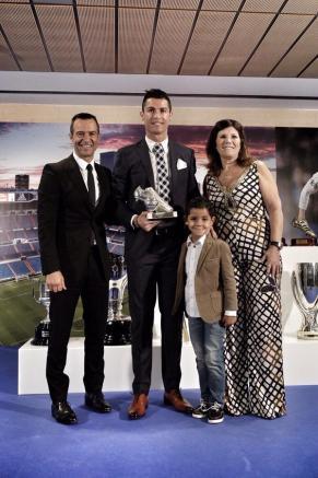 Cristiano junto a su hijo, su madre y su representante, Jorge Mendes
