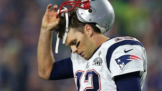 Brady se quita el casco en un juego de los Pats