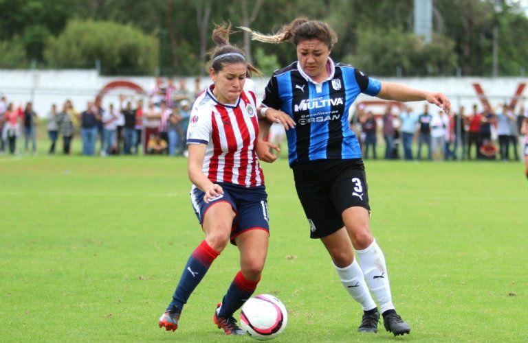 Norma Duarte e Ivonne Santillana disputan el balón