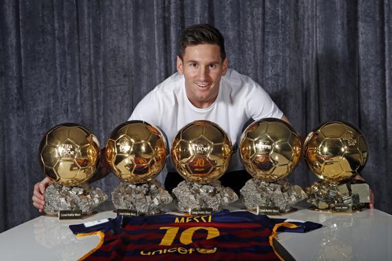 Messi posa con sus cinco Balones de Oro